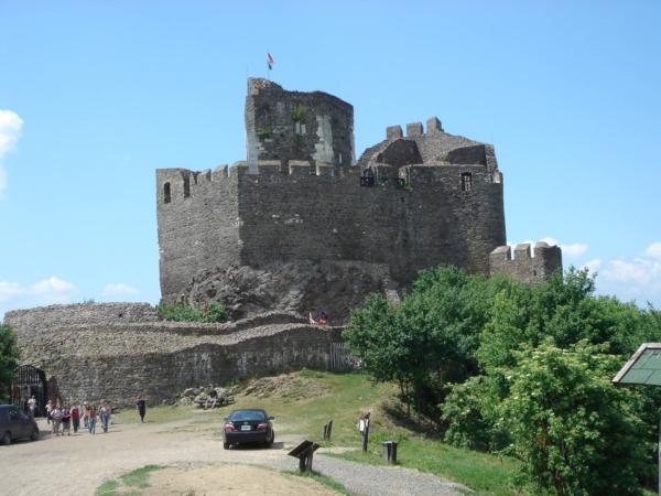 Západně od Mátry hrad Holoke - na seznamu UNESCO.
