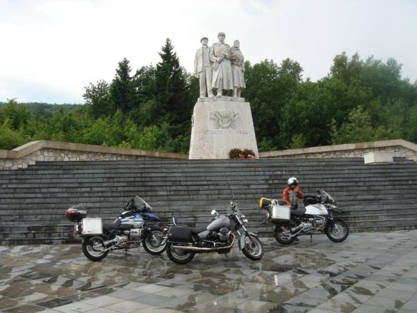 Památník vítězství v kopcích před Dargovem...