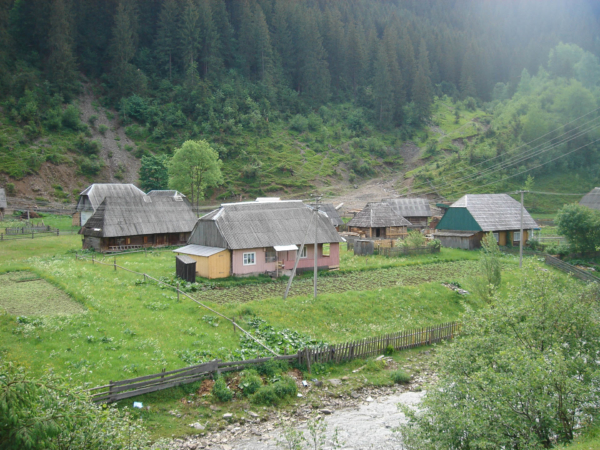 Barevné dřevěné domečky u vody.