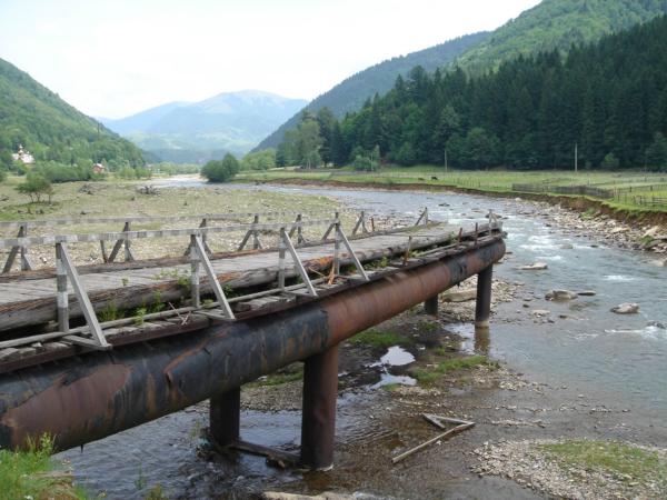 Urvaný most - důsledek (zřejmě téměř každoročních) záplav.