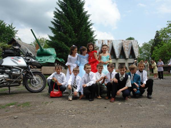 Děti ve svátečním a proti sobě německý a ruský tank...