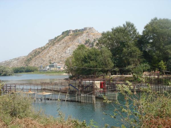Hrad Rozafa na soutoku 3 řek Driny, Kiry a Buny. U města Shkodër.