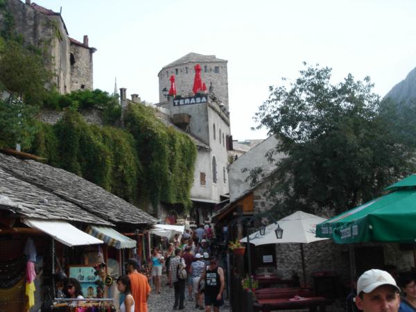 Pěší zóna v historické části Mostaru - poblíž mostu.