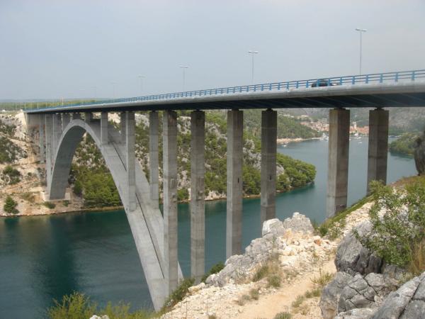 A tady překračuje mořskou úžinu známý Maslenický most.