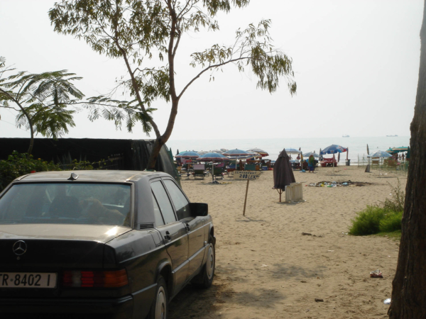 Na městské pláži, která je několik kilometrů dlouhá je rozhodně živo.