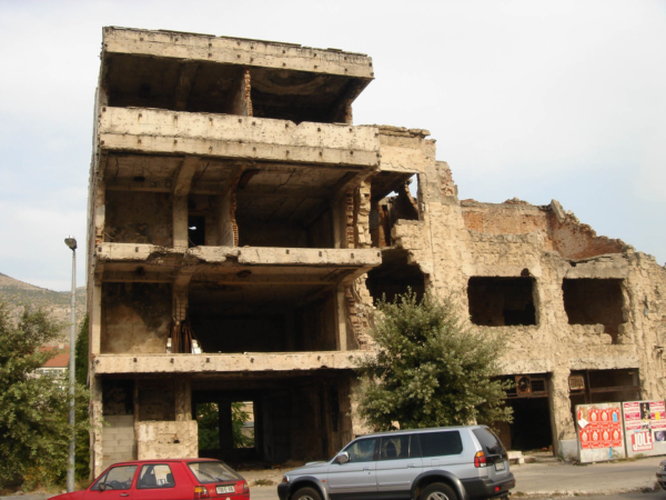 Zjevně se zde používaly výbušniny, těžké zbraně a bombardování...