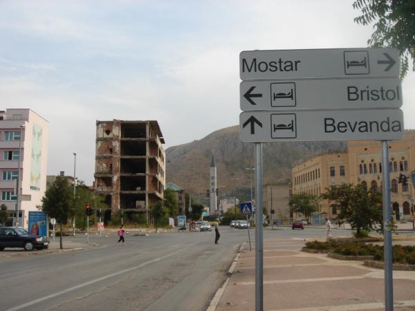 Tato mementa války jsou v Mostaru vidět na každém rohu...
