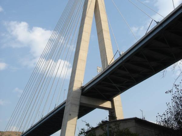 Nade mnou most Chorvatského nacionalistického vůdce Frenje Tudmana.