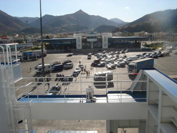 Trajekt vyjíždí, pod námi přístaviště v Igoumenitse.