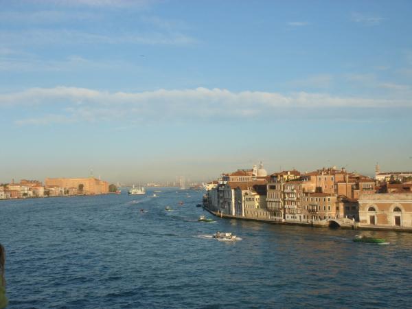 A jedeme dál skrz Benátky Kanálem Della Giudecca