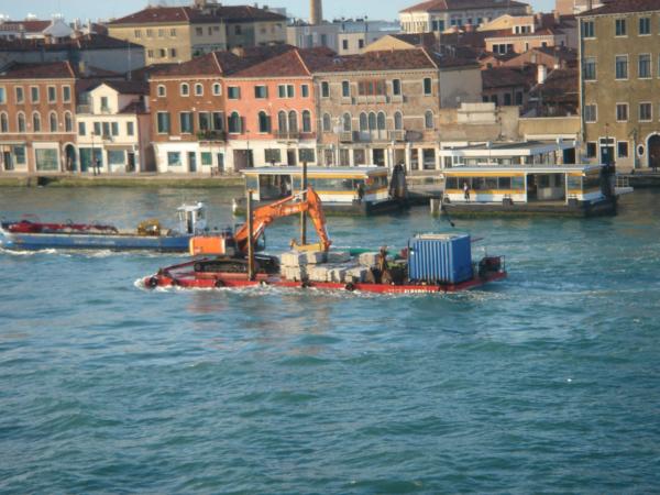 Lodní doprava - z nějaké stavební firmy jedou na šichtu...