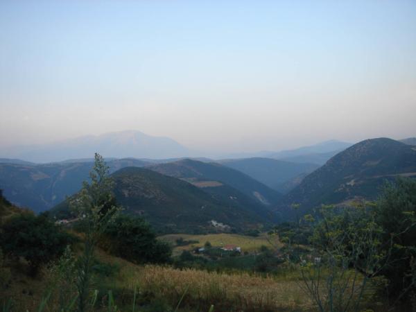 Albánské hory. V pozadí snad pohoří Tomorri. Nejvyšší vrchol má 2415m!