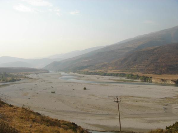 Údolí řeky Drinos lemované okolními kopci směřující k Gjirokasteru.
