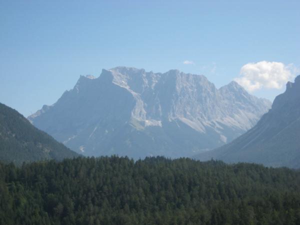 Zugspitze - nejvyšší hora Německa - měří 2962 m.