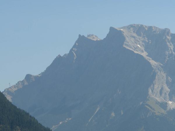 Při troše dobré vůle je vidět na vrcholu horní stanici lanovky.