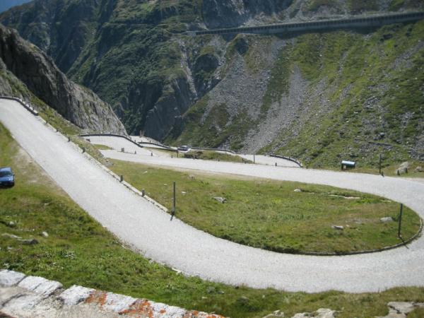 Začátek klesání z Gotthard passu dolů do města Airolo.