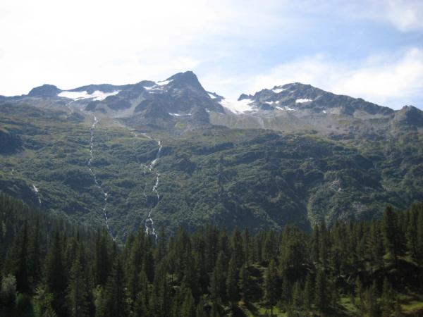Horské potoky až vodopády stékající z ledovců.