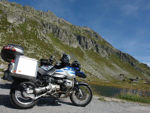 Jsme to a koupema si nohy v jezeru v Gotthard passu.