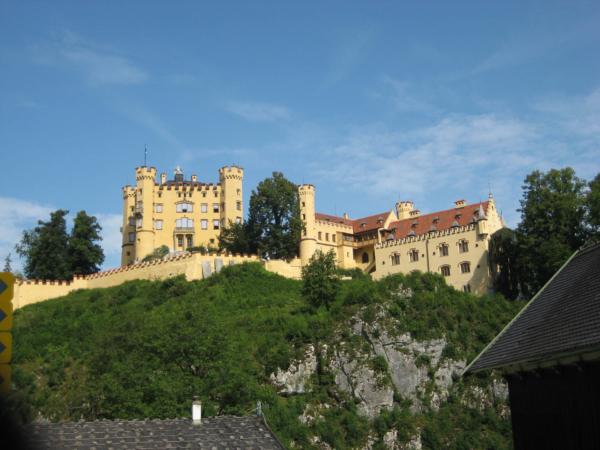 A také zámek Neuschwangau, který stojí naproti Neuschwansteinu.