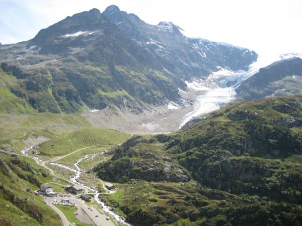 Pohled na Alpin center Susten pass, odkud lze lehce dojít po svých k ledovci.