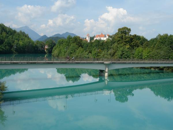 Příjezd do Füssen - most přes  řeku Lech - pozoruhodná barva vody.