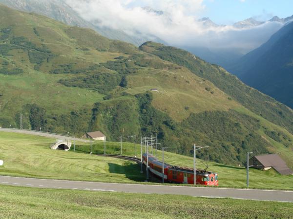 Vlak i my sjíždíme z Oberalp passu do Andermattu.