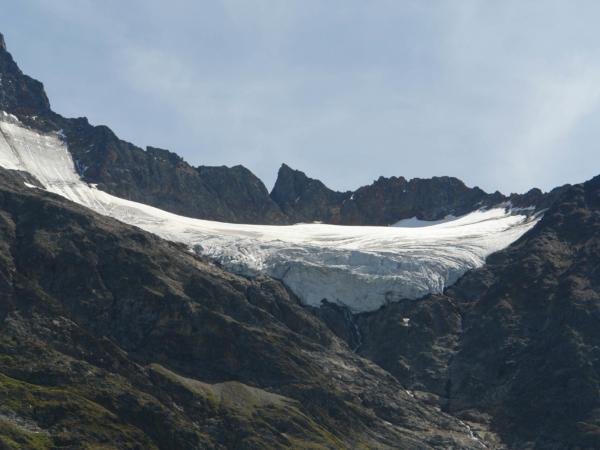 Cestou dolů ještě fotíme mocné čelo jakéhosi ledovce.
