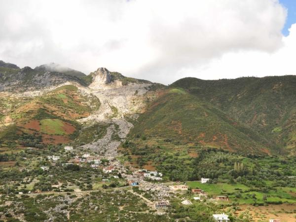 Sesuv kamení přes vesnici v pohoří Rif