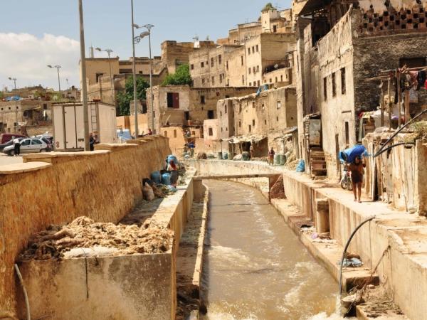 Jeden z vchodů do barvírny kůží ve Fezu. Smrad začínal už zde.