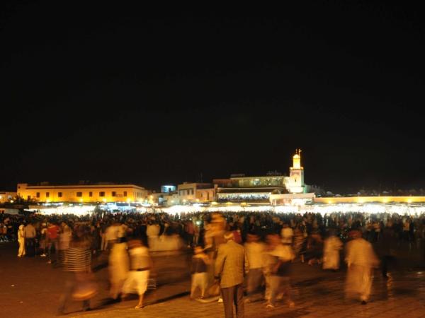 Náměstí Jamaa El Fna v Marrákeši v noci.