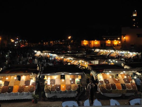 Náměstí Jamaa El Fna a stánky s kořením.