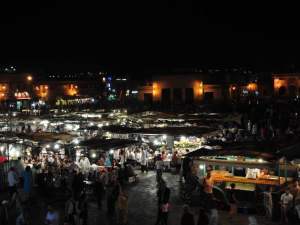 Náměstí Jamaa El Fna a restaurace pod širým nebem - do rána to zmizí.
