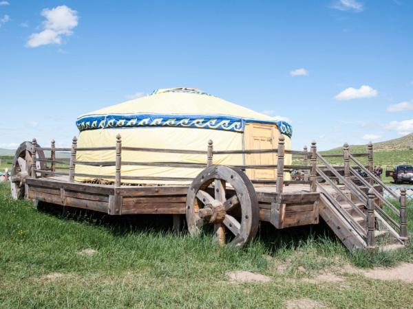 Na podobných vozech se přepravovali jurty za časů Čingischána.