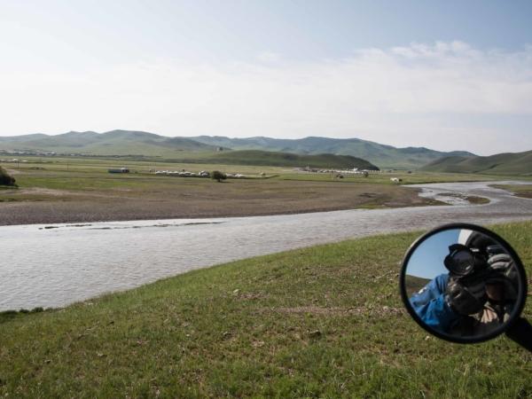 Pohled na kempy u Charchorinu a řeku Orchon.