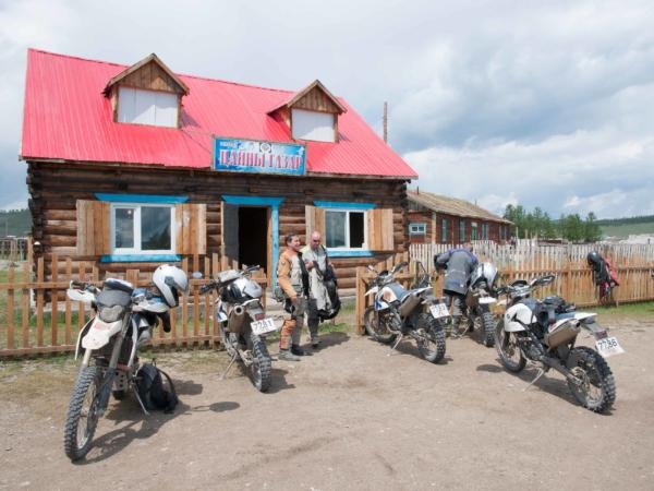 Městečko Hatgal u jižního okraje jezera Chovsgol. Zastávka na oběd.