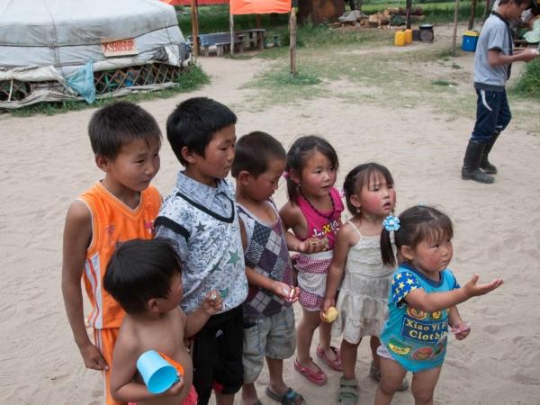 Děti fasují dárečky - kluci samolepku, holky náušnice.