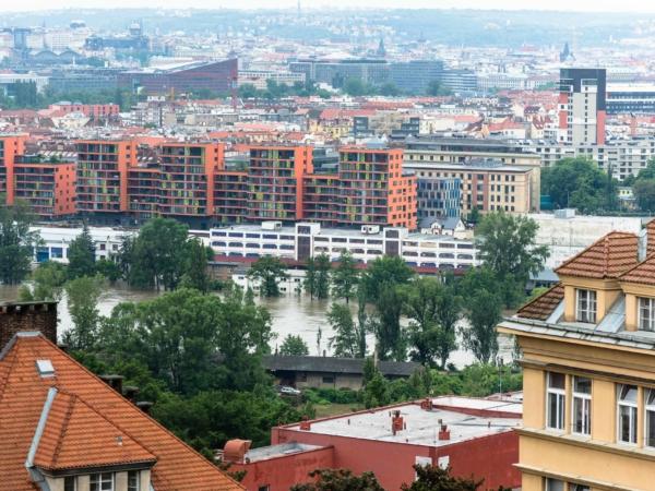 Pohled z ulice Na Vlachovce na Jankovcovu.