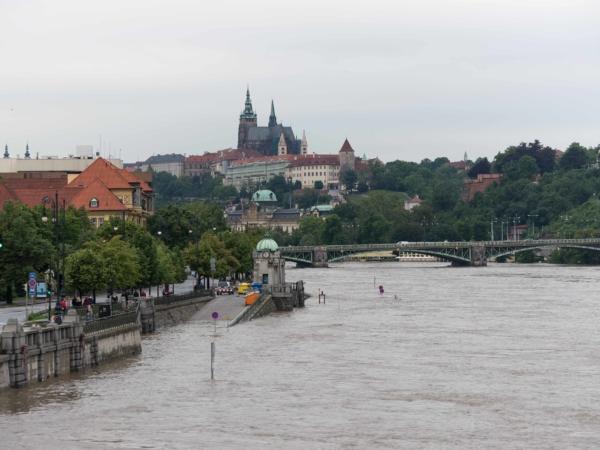 Pohled ze Štefánikova mostu k nemocnici Na Františku a Čechův most.