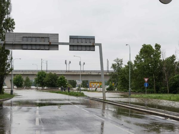 Sjezd z mostu Barikádníků směrem do Libně.