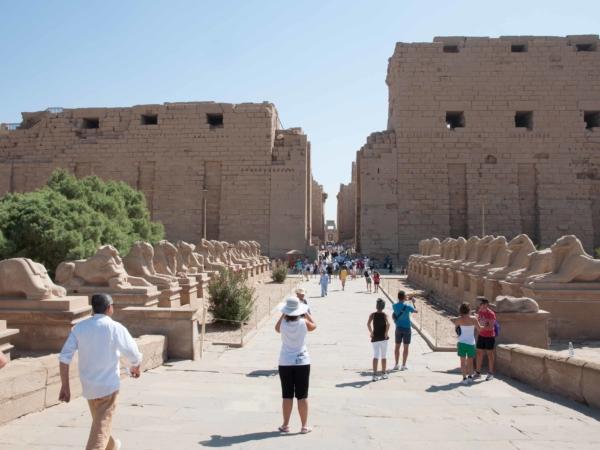 Příchod k chrámovému komplexu Karnak.