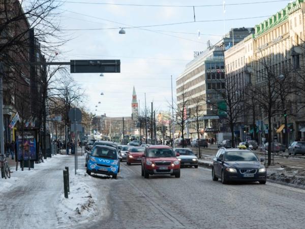 Jedna z hlavních tříd v centru Helsinek. Jméno nevyslovitelné.