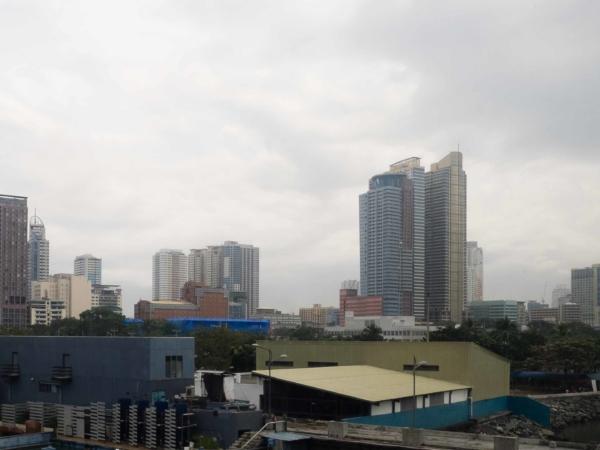 Pohled na Manilský downtown v deštivém dopoledni.
