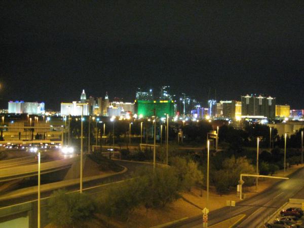Průjezd nočním Las Vegas po příletu.