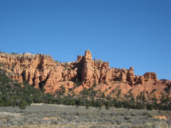 Už při příjezdu k národnímu parku Bryce canyon lze tušit co uvidíme.