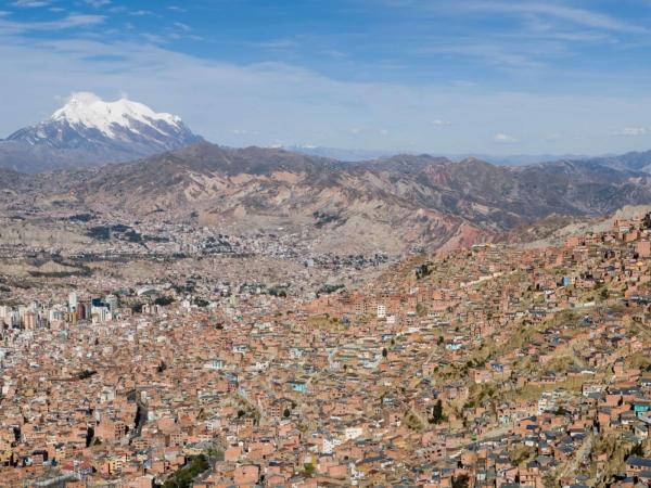La Paz v pozadí hora Illimani 6438 m.