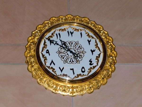 A nezbytné arabské hodiny jdoucí obráceně - zprava doleva.
