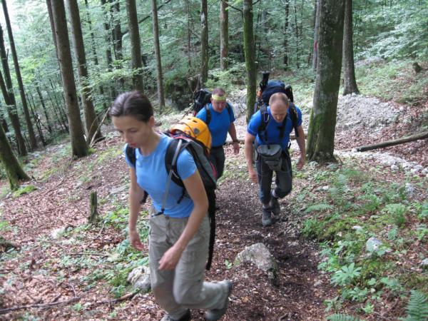 Nastup na ferátu trvá cca 1 hodinu a vede do kopce a lesem.