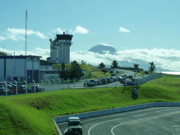 Letiště na Faialu, v pozadí hora Pico na dalším ostrově - Pico.
