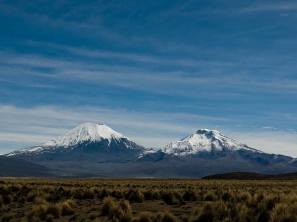 Pohled na sopky Parinacota vlevo a Pomerape.