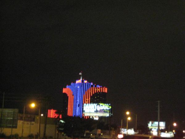 V dáli ta červenomodrá budova je zřejmě Palace hotel.